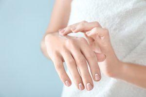 Sekundenkleber von Haut entfernen