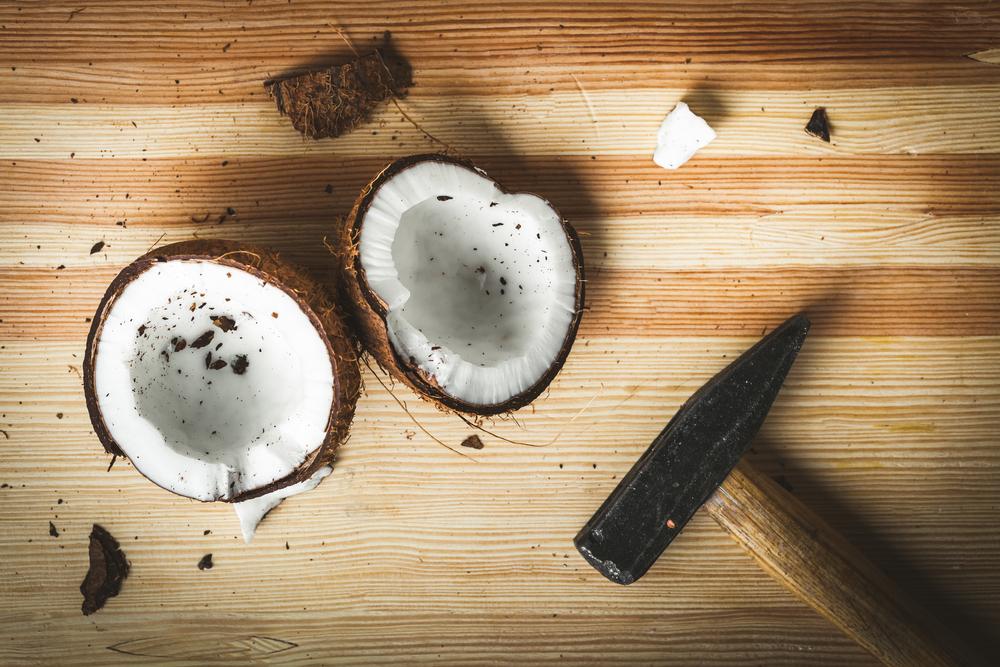 kokosnuss mit hammer öffnen